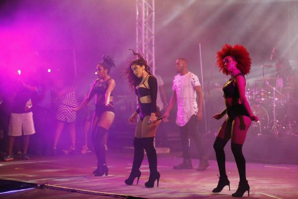 Anitta, Ivete, Aviões e Léo Santana agitam primeiro dia do Brega Light