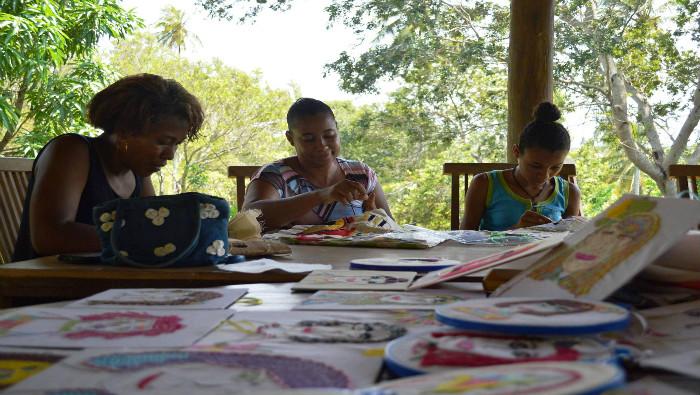 Técnicos do MAM-BA visitam bordadeiras de comunidade em Imbassaí