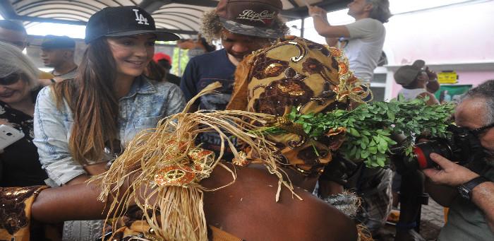 Atriz global Josie Pessoa curte famosa feijoada da Negra Jhô em Salvador