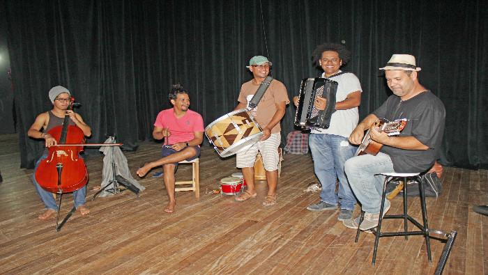 Petrônio Munduri lança CD neste sábado no teatro Dona Amélia