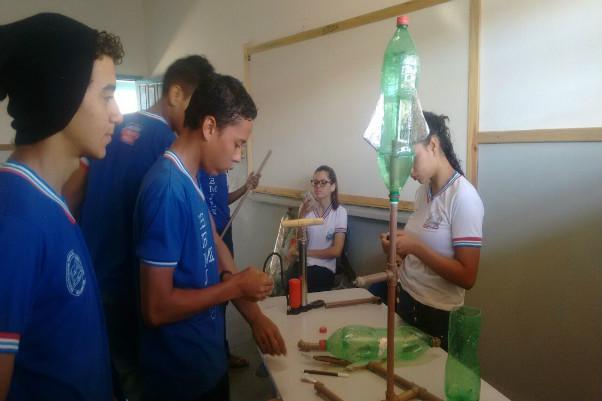 Estudantes baianos apresentam veículo lançador de sementes em Pernambuco