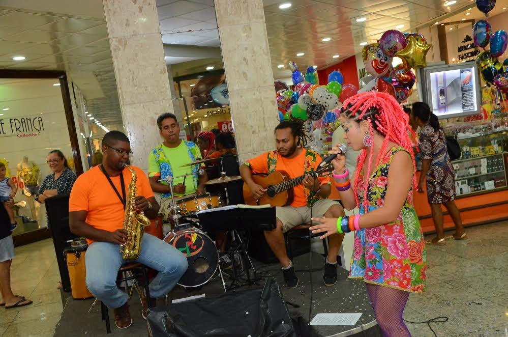 Baile com o Clube dos Caretas animou  a tarde de terça-feira no Shopping Itaigara