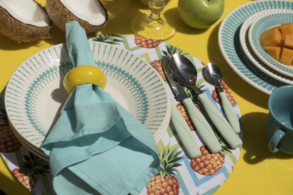 Flores, madeira e cores: tendências para uma mesa de Verão