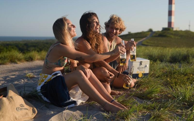 "Corona lança ""Follow The Sun"", que inspira viajantes a explorar o litoral brasileiro"